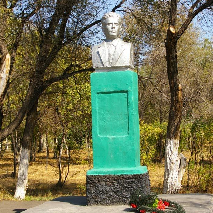 Памятник Петру Александровичу Персиянову